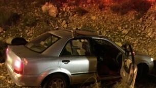 سيارة محطمة على جانب الطريق بعد إطلاق النار عليها بالقرب من مستوطنة أفني حيفيتس، 9 ديسمبر، 2015. (نجمة داوود الحمراء)