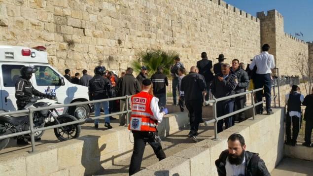 الشرطة وطواقم الإسعاف في مكان هجوم طعن بالقرب من باب الخليل في البلدة القديمة في القدس، 23 ديسمبر 2015 (United Hatzalah)