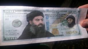 ورقة 100 دولار مزورة عليها صورة قائد تنظيم الدولة الإسلامية ابو بكر البغدادي، تم العثور عليها في الجليل، 29 ديسمبر 2015 (courtesy of the Israel Police)
