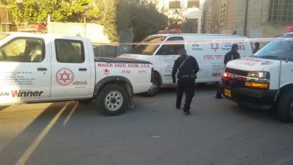 سيارات اسعاف تصل الى مكان هجوم طعن بالقرب من الحرم الإبراهيمي في الخليل، 7 ديسمبر 2015 (Magen David Adom)
