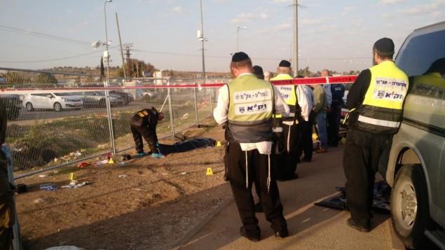 """متطوعون في منظمة """"زاكا"""" المستقلة لخدمات الطوارئ في انتظار الحصول على تصريح للبدء بتنظيف الدماء وأجزاء الجثث في موقع هجوم طعن في كتلة غوش عتصيون الإستيطانية، 22 نوفمبر، 2015. (Judah Ari Gross/ Times of Israel)"""