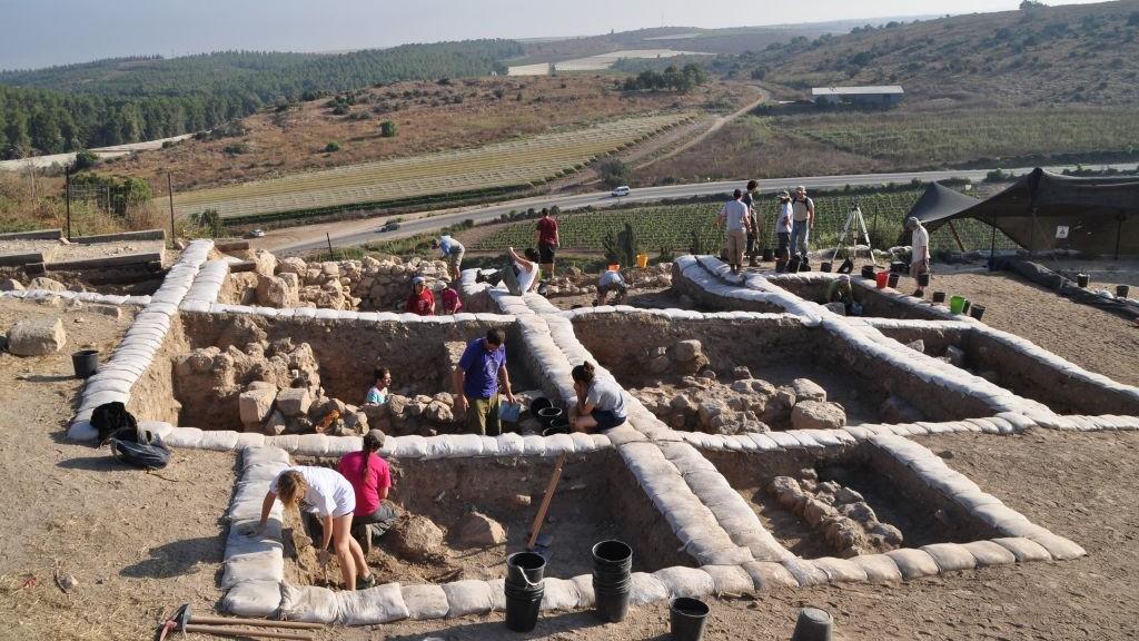 علماء آثار خلال عمليات حفر أثرية في مدينة لاخيش الأثرية، حيث تم العثور على نقش أبجدية كنعاني من القرن ال12 قبل الميلاد في 2014.(courtesy of Yossi Garfinkel, Hebrew University)