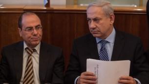 رئيس الوزراء بينيامين نتنياهو، من اليمين، والوزير سيلفان شالوم (: Uri Lenz/Flash90/File)