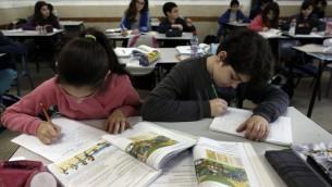 تلاميذ اسرائيليين في مدرسة ابتدائية (Tsafrir Abayov/Flash90)