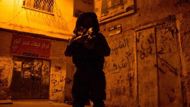 جنود إسرائيليون خلال عمليات بحث في مدينة جنين بالضفة الغربية، 19 يونيو، 2014. (IDF /Spokesperson/Flash90))