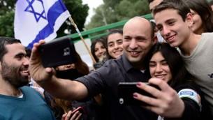 وزير المعارف نفتالي بينيت يتصور مع طلاب مدرسة (Tomer Neuberg/Flash90)