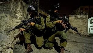 جنود من فرقة 'عتصيون' خلال عملية في الضفة الغربية، 7 اكتوبر 2015 (IDF)
