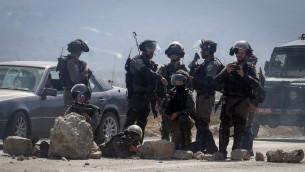 شرطة حدود اسرائيليون خلال مواجهات مع متظاهرين فلسطينيين في حاجز حوارة في 11 اكتوبر 2015 (FLASH90)