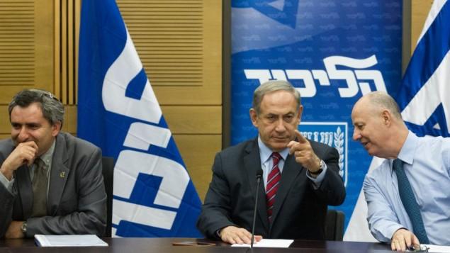 بينيامين نتنياهو، في الوسط، مع تساحي هنغبي، من اليمين، وزئيف إلكين في جلسة لفصيل 'الليكود' في الكنيست في 19 أكتوبر، 2015. (Miriam Alster/Flash90)