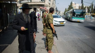 جنود اسرائيليون يحرسون محطة حافلات في حي مئة شعاريم اليهودي المتشدد في القدس، 19 اكتوبر 2015 (Yonatan Sindel/Flash90)