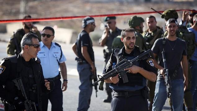قوى الأمن الإسرائيلية في مكان  هجوم طعن بالقرب من مفترق آدم، بالقرب من حاجز حزمة شمال القدس، 21 أكتوبر 2015 (Yonatan Sindel/FLASH90).