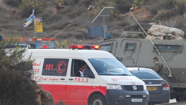 قوات إسرائيلية وسيارة إسعاف تابعة للهلال الأحمر الفلسطيني في موقع محاولة هجوم طعن في مفرق تبواح بالقرب من مدينة نابلس في الضفة الغربية، 30 أكتوبر، 2015. (Flash90)
