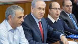 رئيس الوزراء بينيامين نتنياهو يترأس الجلسة الأسبوعية للمجلس الوزاري في القدس، 15 نوفمبر، 2015. (Emil Salman/Flash90/Pool)