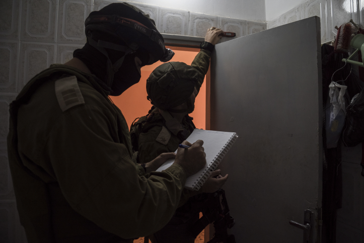 قوات تابعة للجيش الإسرائيلي تقوم بأخذ قياسات لمنزلي فلسطينيين قاما بتنفيذ هجمات تمهيدا لهدمها، 28 نوفمبر، 2015. (وحدة المتحدث بإسم الجيش الإسرائيلي)