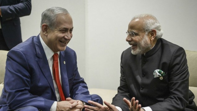 رئيس الوزراء بينيامين نتنياهو يلتقي نظيره الهندي ناريندا مودي خلال مؤتمر التغير المناخي ال21 الذي تنظمه الأمم المتحدة، في لو بورجيت، خارج باريس، 30 نوفمبر، 2015. (Amos Ben Gershom/GPO)