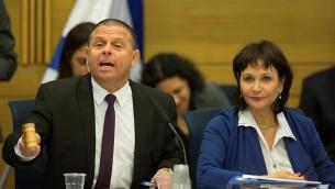 رئيس لجنة الشؤون الاقتصادية في الكنيست ايتان كابل خلال جلسة للجنة، 8 ديسمبر 2015 (Yonatan Sindel/Flash90)