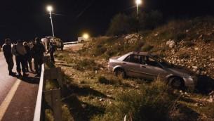 سيارة محطمة على جانب الطريق بعد إطلاق النار عليها بالقرب من مستوطنة أفني حيفيتس، 9 ديسمبر، 2015 (Gili Yaari/Flash90)