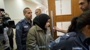 فتاة فلسطينية (16 عاما) تصل إلى المحكمة المركزية في القدس في 11 ديسمبر، 2015، حيث تم توجيه لائحة إتهام لها بتهمتي شروع بالقتل في هجوم طعن وقع في 23 نوفمبر في القدس. (Yonatan Sindel/Flash90)