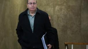 وزير الدفاع موشيه يعالون يصل الجلسة الاسبوعية للحكومة في مكتب رئيس الوزراء في القدس، 13 ديسمبر 2015 (Yonatan Sindel/Flash90)