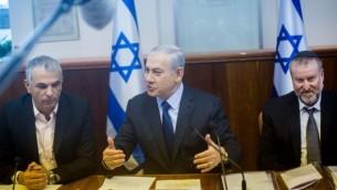 رئيس الوزراء بينيامين نتنياهو (في الوسط) يترأس الجلسة الأسبوعية للحكومة، في مكتب رئيس الوزراء في القدس، 13 ديسمبر، 2015. (Yonatan Sindel/Flash90)