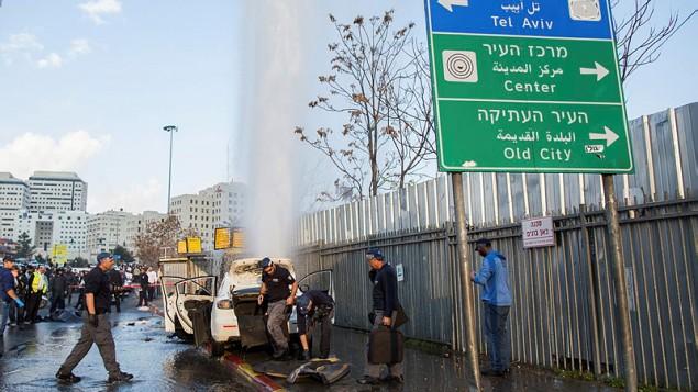 عناصر أمن إسرائيلية في موقع هجوم الدهس الذي وقع عند مدخل مدينة القدس، 14 ديسمبر، 2015. (Yonatan Sindel/Flash90)