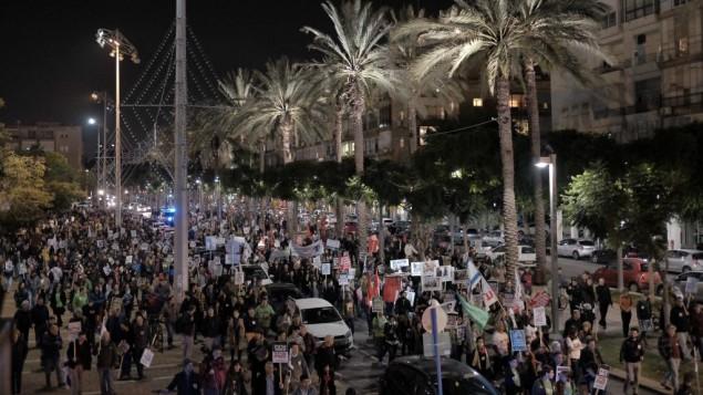 """متظاهرون من اليسار في مسيرة ي تل أبيب إحتجاجا على """"تحريض"""" اليمين، 19 ديسمبر، 2015. (Tomer Neuberg/Flash90)"""
