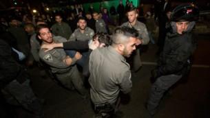 اشتباكات بين عناصر الشرطة ومتظاهرين داعمين للمشتبهين في هجوم دوما 20 ديسمبر 2015 القدس Yonatan Sindel/Flash90