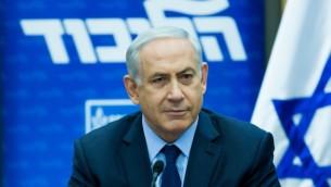 رئيس الوزراء بينيامين نتنياهو يترأس جلسة لفصيل الليكود في الكنيست، 21 ديسمبر، 2015. (Yonatan Sindel/Flash90)