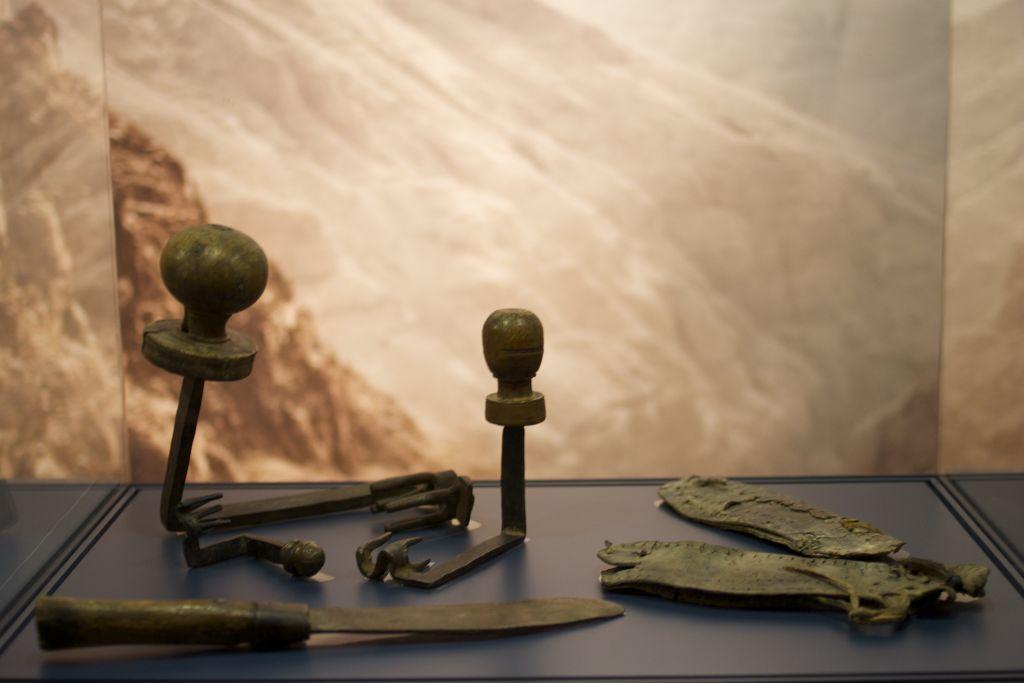 تحف من كهوف بار كوخبا في صحراء يهودا ستُعرض في المعرض الذي يفتتحه متحف إسرائيل عن الإمبراطور هادريان في 22 ديسبمر، 2015. (Moti Tufeld)