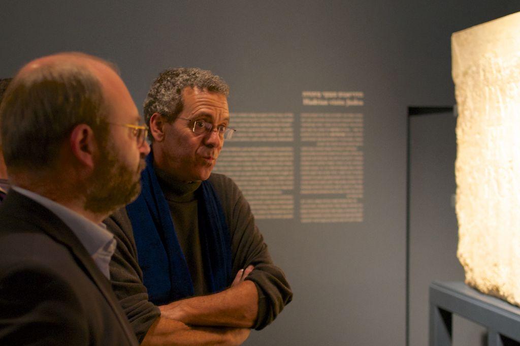 أمين المتحف البريطاني للنحت الإغريقي والروماني، ثورستن اوبر (من اليسار) وكبير أمناء متحف إسرائيل للآثار الهلنستية والرومانية والبيزنطية، دافيد مفوراخ، يناقشان الإمبراطور هادريان في 20 ديسمبر، 2015. (Moti Tufeld).
