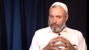 عمر سالم، محاضر من جامعة ييل ومن دعاة التعايش بين العرب واليهود. (YouTube/OnepeopleOneworldmed)