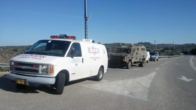 طاقم اسعاف نجمة داود الحمراء يصل الى مكان هجوم طعن بالقرب من مستوطنة حلميش في الضفة الغربية، 4 ديسمبر (Magen David Adom)