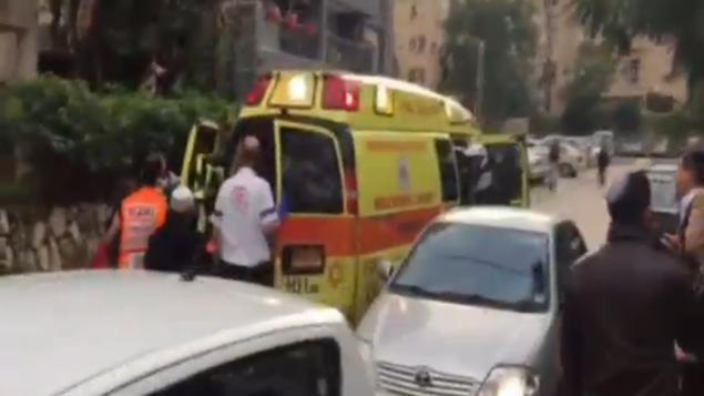 مسعفون في موقع هجوم الطعن في شارع أنييلفيتش في رعنانا، 19 ديسبمر، 2015. (لقطة شاشة: القناة 2)