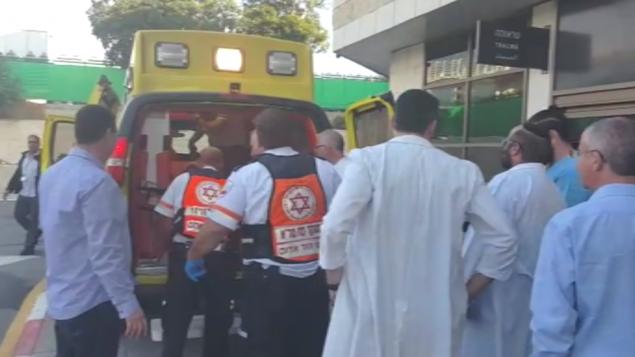 أحد ضحايا هجوم الطعن فب مدينة أريئيل بالضفة الغربية يصل إلى مستشفى 'بيلينسون' في بيتح تيكفا، 24 ديسمبر، 2015. (نجمة داوود الحمراء)