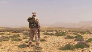 مقاتل من حزب الله يستكشف الأفق، صورة توضيحية. (YouTube screen capture/CNN)