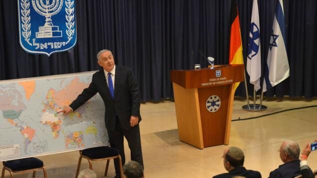 رئيس الوزراء بنيامين نتنياهو خلال لقاء مع مجموعة قادة شبان المان بزيارة الى اسرائيل في وزارة الخارجية، 3 ديسمبر 2015 (Kobi Gideon/GPO)