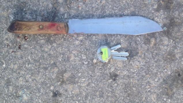سكين وُجدت على جسد السائق الفلسطيني الذي قُتل بعد أن حوال دهس جنود إسرائيليين في حاجز شمال الخليل، 11 ديسمبر، 2015. (وحدة المتحدث بإسم الجيش الإسرائيلي)
