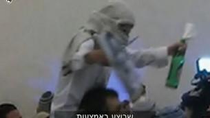 أحد نشطاء اليمين المتطرف يحتفل في حفل زفاف بجريمة قتل عائلة دوابشة. (لقطة شاشة: القناة 10)