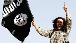 مقاتل من تنظيم الدولة الإسلامية (screen capture: Dabiq Magazine)