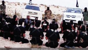 مقاتلي تنظيم الدولة الإسلامية في شبه جزية سيناء (screen capture: Dabiq Magazine)