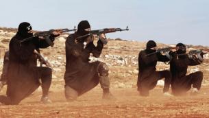مقاتلي تنظيم الدولة الإسلامية (screen capture: Dabiq Magazine)