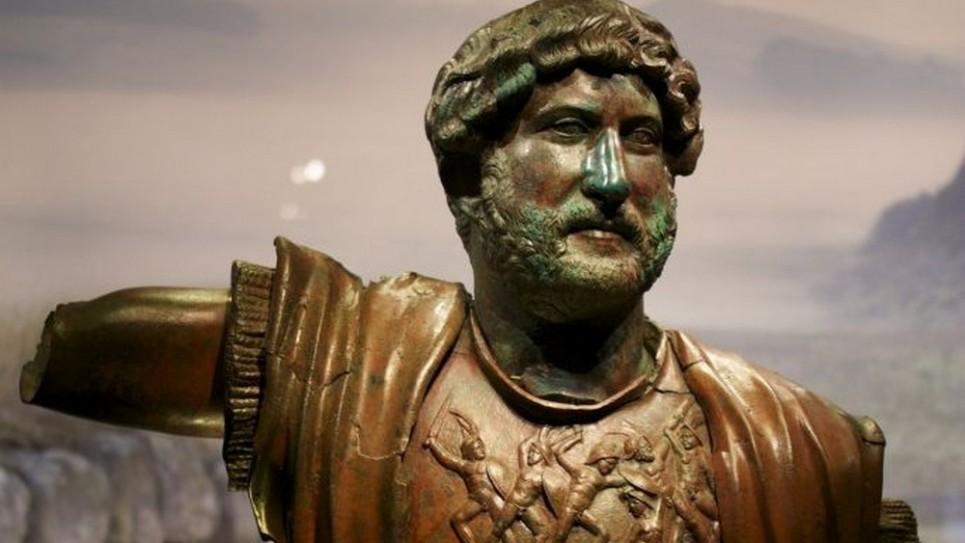 تمثال برونزي للإمبرطور الروماني هادريان من تل شاليم، شمال إسرائيل، في معرض لمتحف إسرائيل من المقرر إفتتاحه في 22 ديسمبر، 2015. (Moti Tufeld)