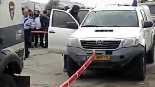 قوات الامن في مكان محاولة فتاة فلسطينية تنفيذ هجوم طعن في مستوطنة كيريات اربع في الضفة الغربية، 13 ديسمبر 2015 (screen capture)