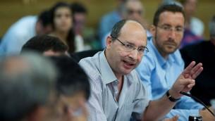 """مدير اتحاد النقابات """"الهستدروت"""" افي نيسنكورن يتحدث في الكنيست، 30 اغسطس 2015 (Yonatan Sindel/Flash90)"""