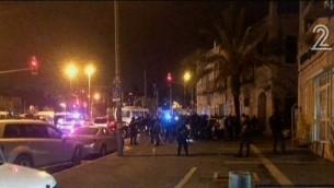 الشرطة في موقع هجوم الطعن خارج البلدة القديمة في القدس، الخميس، 3 ديسمبر، 2015. (لقطة شاشة: القناة 2)