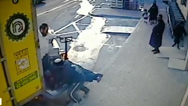 صورة شاشة من شريط فيديو يظهر صاحب متجر يهودي اسرائيلي يهاجم موظفه العربي في بيت شيمش (screen capture: Walla)