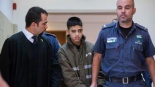 المحامي طارق برغوث مع موكله احمد مناصرة البالغ 13 عاما المتهم بالمشاركة بتنفيذ هجوم طعن في القدس، في المحكمة المركزية في القدس، 25 اكتوبر 2015 (Yonatan Sindel/Flash90)