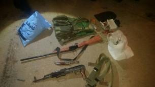 اسلحة ومعدات عسكرية تم العثور عليها خلال مداهمات ليلية، 23 ديسمبر 2015 (IDF Spokesmans Unit)