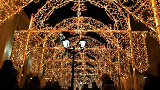 شوارع مزينة بالاضواء في موسكو عشية عيد رأس السنة، 31 ديسمبر 2015 (AFP/Vasily Maximo)