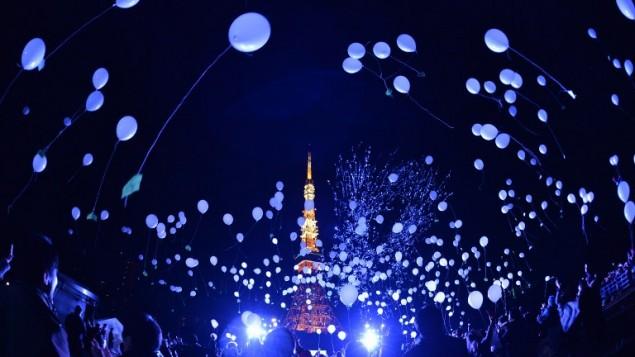 اطلاق بالونات للاحتفال في العام الجديد في برج حديقة الامير في طوكيو، 1 يناير 2016 (AFP/Kazuhiro Nogi)